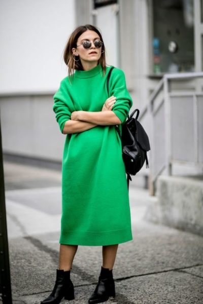 девушка с рюкзаком, спорт-шик, зеленое платье, стрит стайл, черный рюкзак